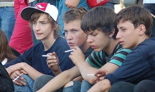 Онищенко предложил запретить курение на остановках транспорта