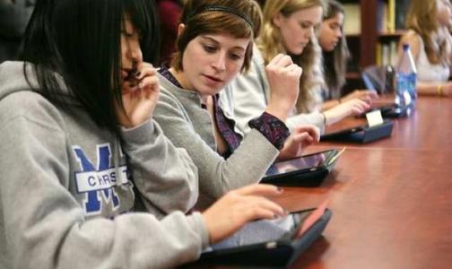 Планшетные компютеры вместо учебников подорвут здоровье петербургских школьников