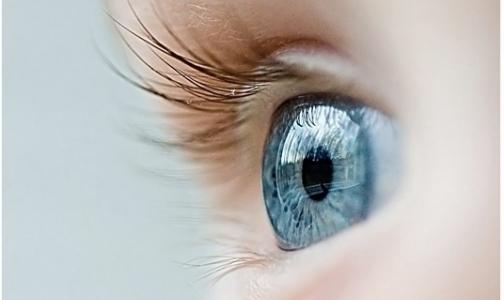 Врачи смогут сделать человеку голубые глаза