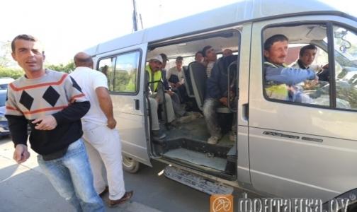 В больницу Боткина доставляют автобусами отравившихся рабочих со стройки в Пулково