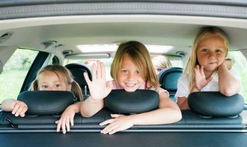 Петербургские врачи просят родителей не оставлять детей летом в машинах