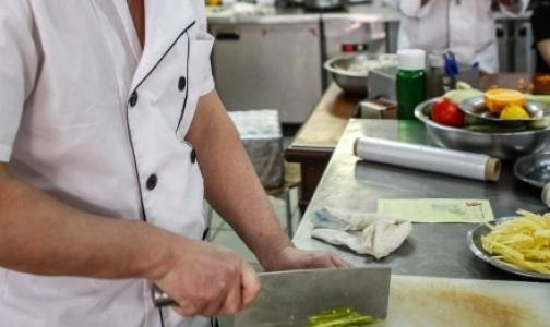 Петербургская прокуратура обнаружила в восточном кафе мух и повара с поддельной медкнижкой