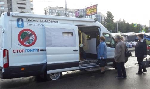 Петербуржцев начали прививать от гриппа у метро и магазинов
