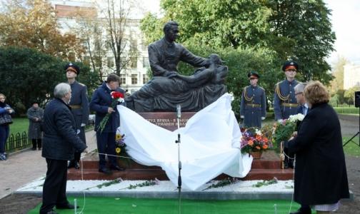 В Петербурге открыли памятник легендарному хирургу Федору Углову