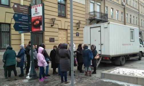 Почти сотне петербуржцев проверили здоровье лёгких у метро