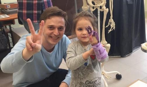 4-летней девочке из Петербурга установили необычный протез кисти руки