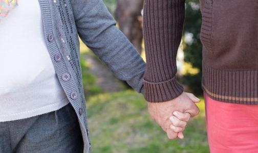 Прожившие вместе 69 лет супруги умерли, держась за руки