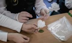 Петербургские школьники сделали белые цветы для благотворительной акции