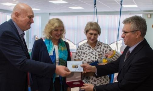 Первому рожденному в метро Петербурга малышу вручили медаль