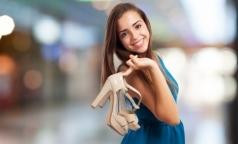 В Роскачестве посоветовали нюхать обувь перед покупкой