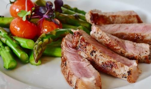 Ученые: Красное и белое мясо одинаково влияют на уровень холестерина