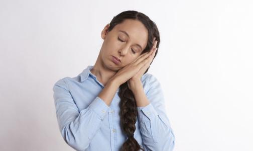 Социологи выяснили, сколько россиян не прочь вздремнуть на работе