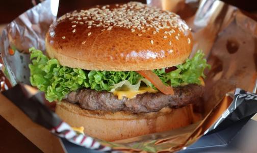 Ученые рассказали, сколько съеденный бургер забирает «мужской силы»