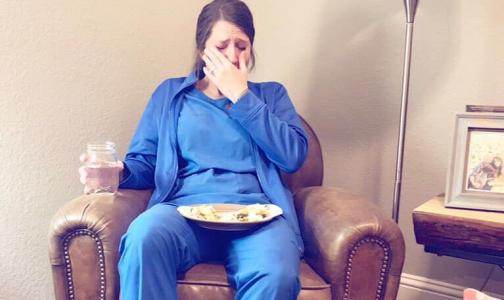 Пользователей соцсетей растрогал снимок плачущей после тяжелой смены медсестры