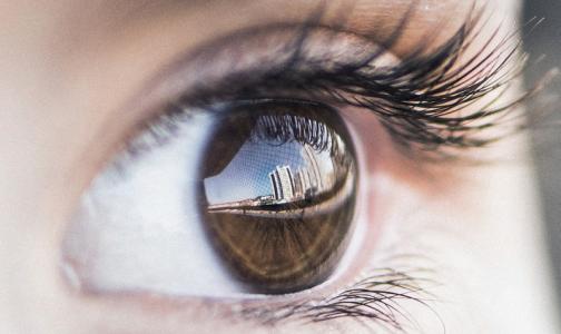Врачи достали из глаза россиянина трехсантиметрового червя