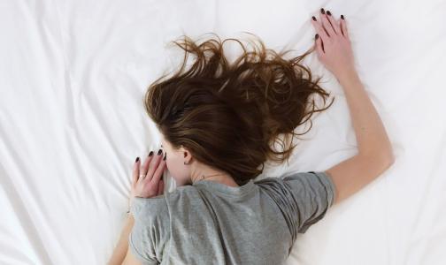 Сомнолог посоветовал парам спать на разных кроватях