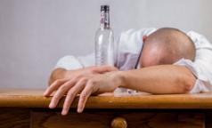 Главный фармаколог Петербурга: Антипохмелинов не существует, но способы справиться с похмельем есть