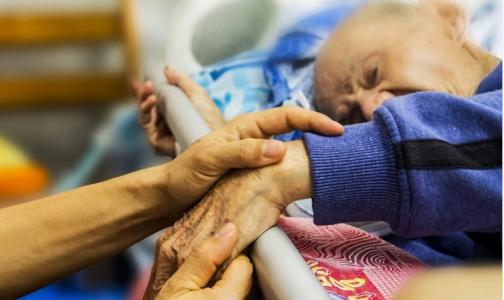 Круглосуточный уход: почему в больницах Петербурга к постели пациентов допускают не всех
