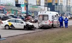 Фельдшера петербургской скорой отвезли в больницу после ДТП с такси
