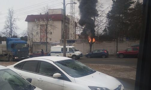 Больницу в Сестрорецке окружили дым и пожарные
