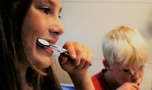 Стоматолог рассказал, как уничтожить вирусы на зубной щетке