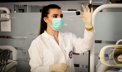 Петербургским больницам не хватает около трех тысяч медсестер