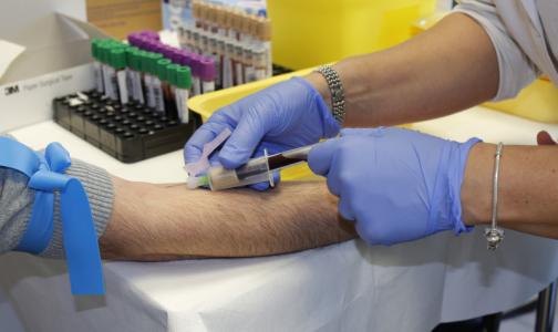 Главный трансплантолог Минздрава объяснил, можно ли заразиться коронавирусом при переливании крови