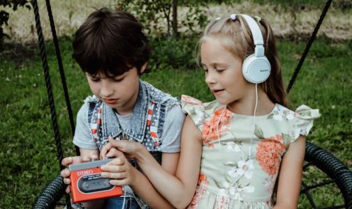 Роскачество: Любовь к громкой музыке в наушниках может привести в «страну глухих»