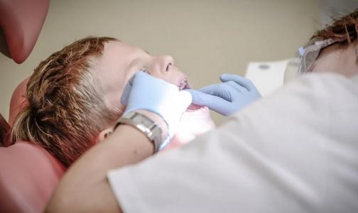 В Ленобласти на приеме стоматолога ребенок проглотил инструмент. Извлекать пришлось в Петербурге