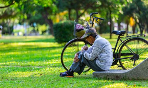 Геронтолог рекомендует пожилым людям меньше есть и чаще думать