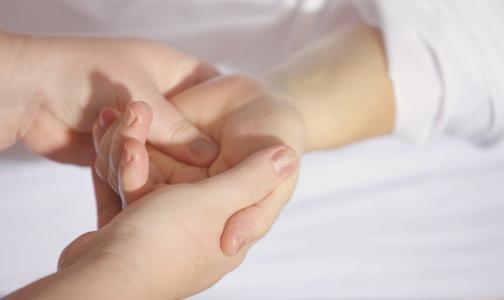 Ученые: коронавирус сохраняет активность на нашей коже дольше, чем грипп