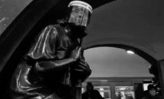 """""""110% в масках"""". На станции столичного метро от коронавируса защитили даже бронзовые статуи"""