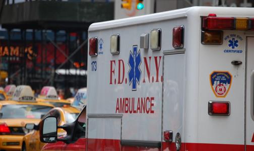 «На грани коллапса». Служба скорой помощи предупредила власти США о том, что не справится с новой волной COVID-19