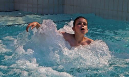 Концентрация хлора в астраханском бассейне, где отравились три десятка пловцов, оказалась превышенной в 250 раз