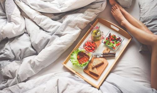 Что нужно есть, чтобы отодвинуть старость и можно ли женщинам становиться веганами, рассказали диетологи
