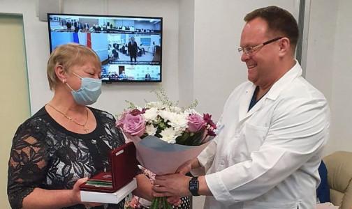 Ордена и медали добрались до награжденных медиков. Церемонию награждения провел губернатор Беглов