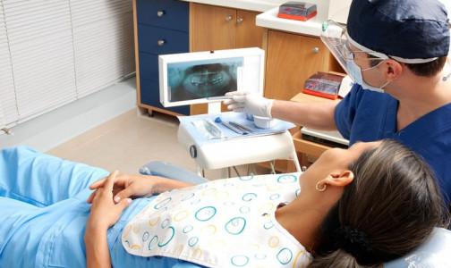Стоматологов и их пациентов могут избавить от лишних трат. После жалоб врачей Минздрав готов смягчить им правила работы