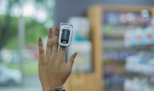 """В FDA допустили, что пульсоксиметр может """"выбирать"""" пациента по цвету кожи и лака для ногтей. От этого зависит точность результата"""