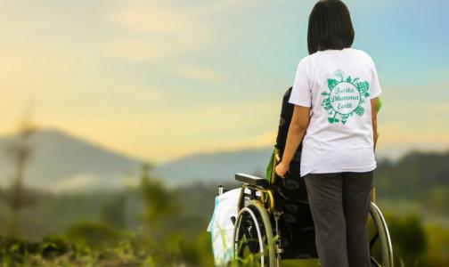 Кабмин упростил порядок оформления выплат для ухода за инвалидами и пенсионерами