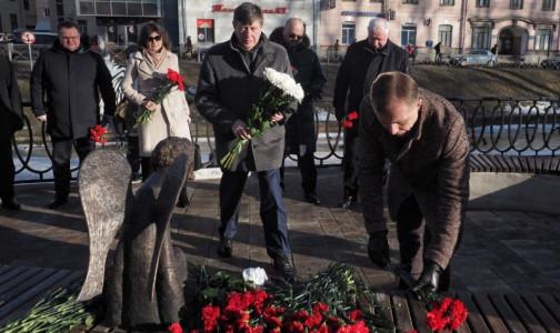Памятник погибшим врачам снова открыли без организаторов. В этот раз фальстарт у комздрава Петербурга