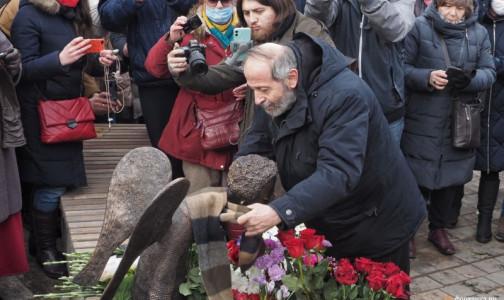 На Карповке состоялось «человеческое» открытие монумента погибшим врачам «Печальный ангел»