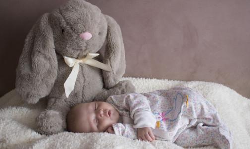 """""""Не бойтесь разбудить соню"""": Педиатр назвал 10 простых правил для здорового детского сна"""