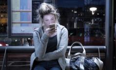 Опасен ли синий свет от смартфона: мнения ученых