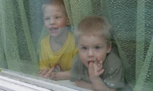Дети выпадают из окон из-за москитной сетки