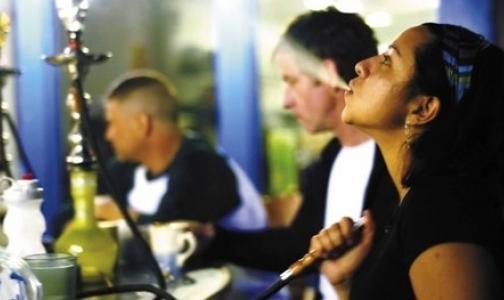 В кафе запретят курить кальяны