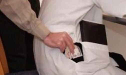 Бывшего петербургского хирурга из поликлиники МВД осудили за взятки