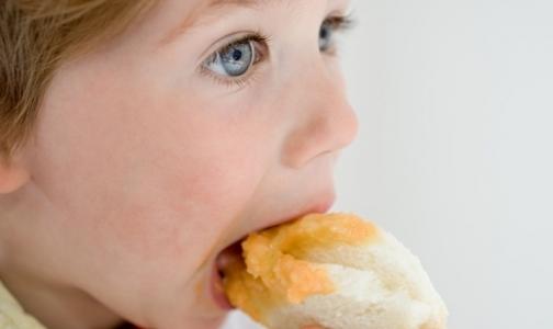 Российские родители предпочитают поощрять детей конфетами и фаст-фудом