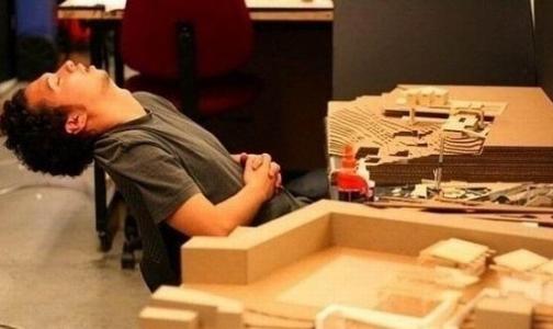 Ученые объяснили, почему так хочется спать в офисе