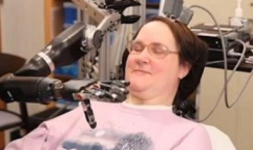 Видео: Парализованная женщина накормила себя шоколадом, управляя робо-рукой с помощью мозга