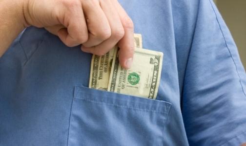 Нарколога обвиняют в получении взятки